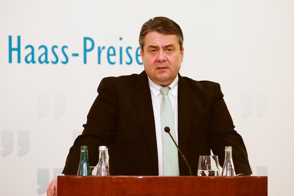 Der deutsche Vizekanzler und Wirtschaftsminister Sigmar Gabriel würdigte Daniil Granin als lebendes Symbol für ein Jahrhundert deutsch-russischer Geschichte.