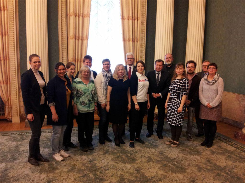 Botschafter Wladimir Grinin (6. von rechts) mit den Teilnehmern des Treffens zum Projekt RussoMobil.