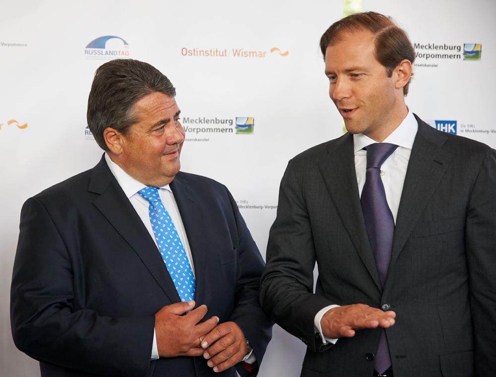 Dialog statt Isolation: Bundesminister für Wirtschaft und Energie Sigmar Gabriel (links) im Gesprächmit dem russischen Minister für Industrie und Handel Denis Manturov.