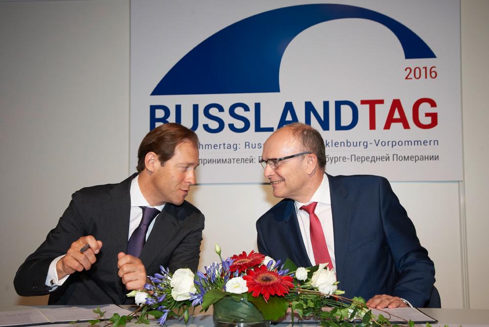 Gemeinsame Absichtserklärung sichert die künftige Zusammenarbeit im industriellen Bereich. Minister Manturow (links) und Ministerpräsident Sellering bei der Unterzeichnung des Dokumentes. Foto: Thomas Häntzschel / nordlicht