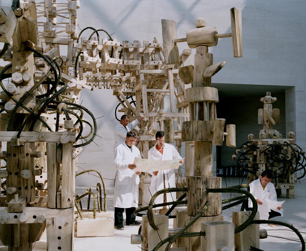 """Mitarbeiter von Nikola-Leniwez bei der Aufbau des """"Large Hadron Collider"""" von Nikolai Polisski. Pressebild."""