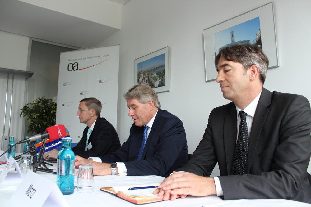 Die Vertreter des Ost-Ausschusses auf der Pressekonferenz: Geschäftsführer Michael Harms, Vorsitzender Wolfgang Büchele und Pressesprecher Andreas Metz (v.l.)