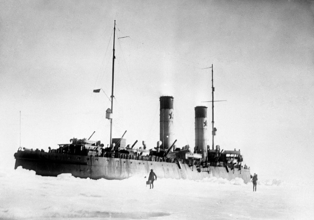 """Mit dem sowjetischen Eisbrecher """"Krassin"""" ging Otto Heller in den 1920er-Jahren auf Karische Expedition. Heute steht das Schiff am Ufer der Wassiljewski-Insel in Sankt Petersburg und dient als Museum."""