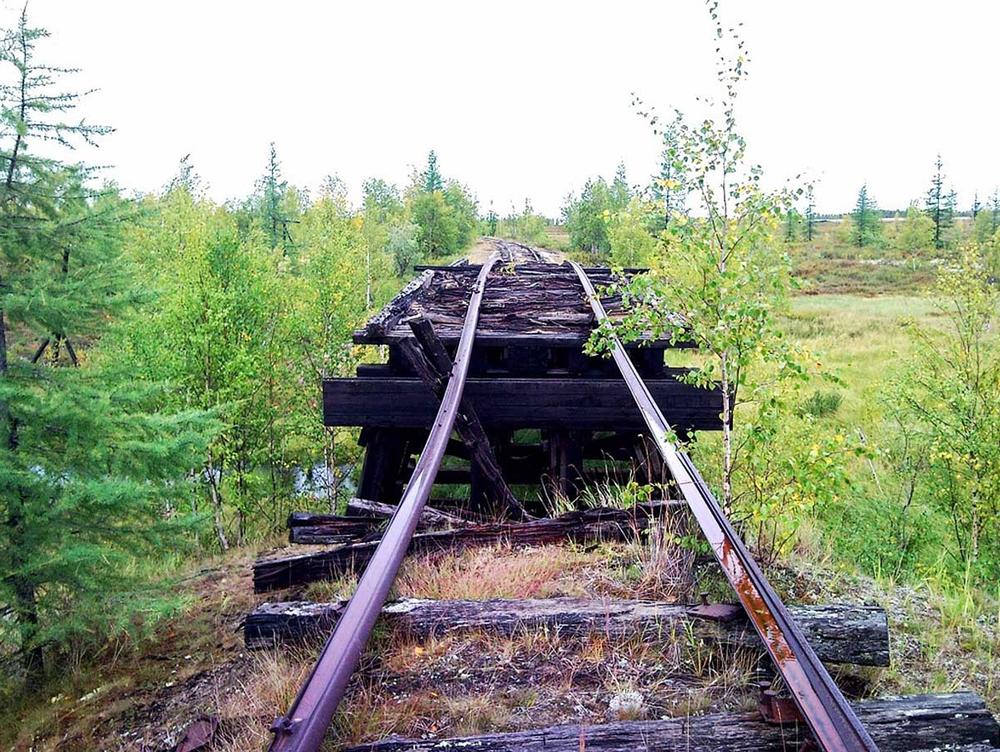 So verfallen sieht eine Bahntrasse entlang des Polarkreises von Salechard nach Igarka heute. Foto: ecotourist.net