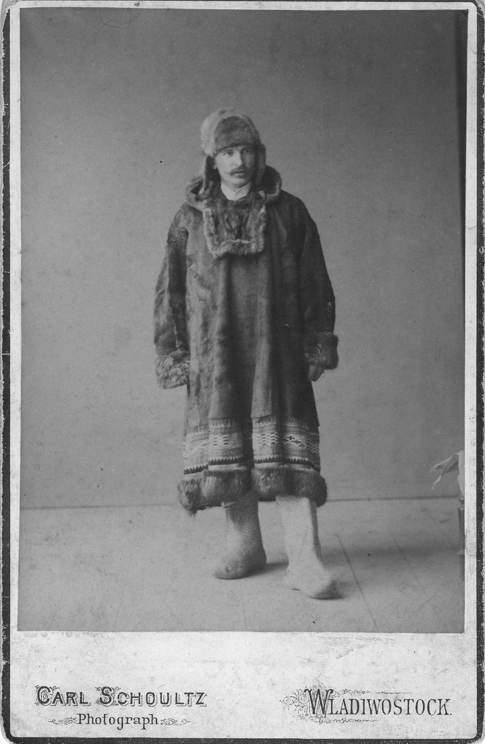 Adolph Dattan (ca. 1890) in der Kleidung ostsibirischer Eingeborener (Fischlederstiefel und Kuchljanka). Archivbild.