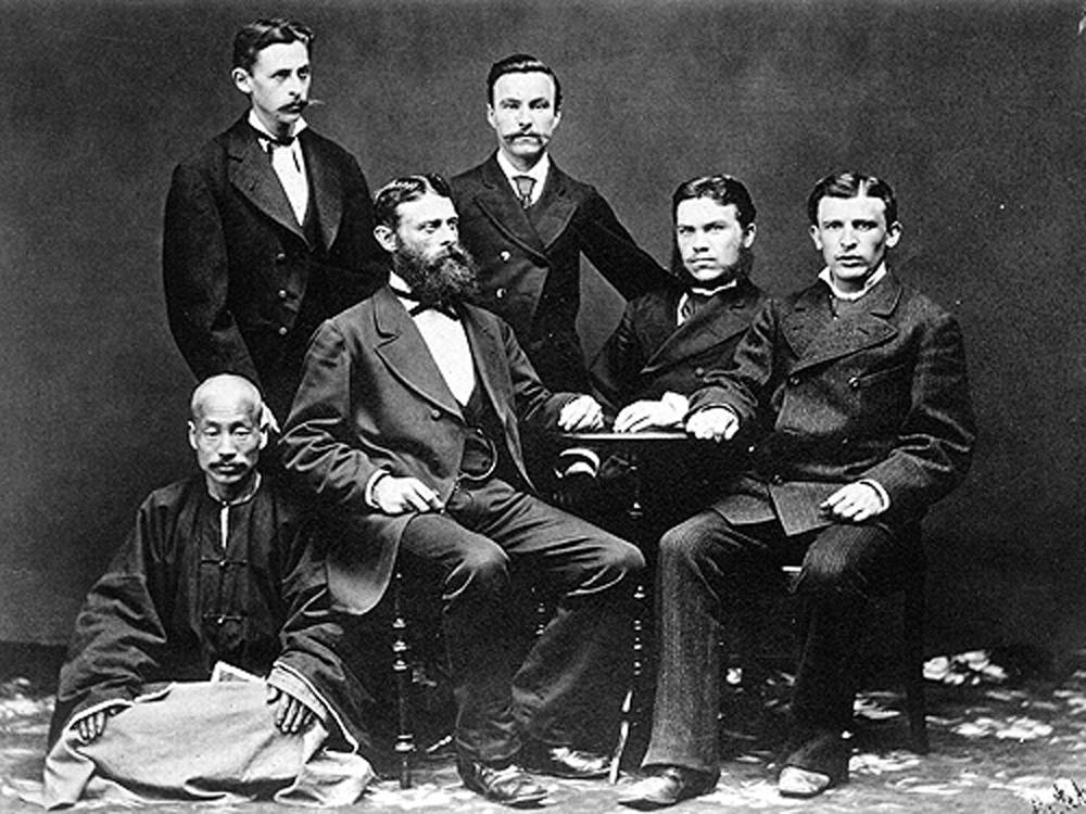 """Die Unternehmensleitung von """"Kunst und Albers"""" 1880: Am Tisch sitzend Gustav Albers, Gustav Kunst und Adolph Dattan (v. l. n. r.). Archivbild."""
