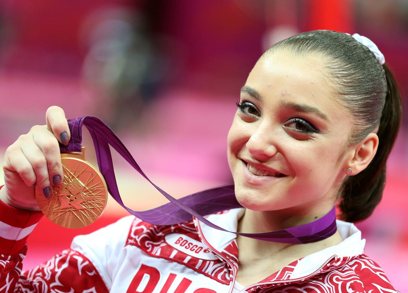 """Bei der nächsten Olympia-Auflage ließ sie mehrere Operationen über sich ergehen. """"Jeder andere Athlet hätte den ständigen Schmerzen längst nachgegeben"""", sagt Alijas Trainer Sergei Starkin."""