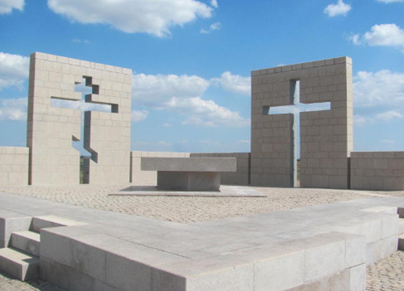 Die Kapelle ist eine Komposition aus zwei Wänden mit einem christlich-orthodoxen Kreuz, das auf den russischen Teil des Soldatenfriedhofs ausgerichtet ist, und mit einem katholischen Kreuz, das zum deutschen Teil des Friedhofs zeigt. Foto: Deutsche Botschaft Moskau