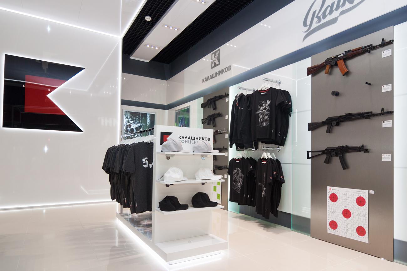 Verkauft werden auch T-Shirts, Kugelschreiber, Handyhüllen sowie andere Accessoires und Jagdkleidung.\n