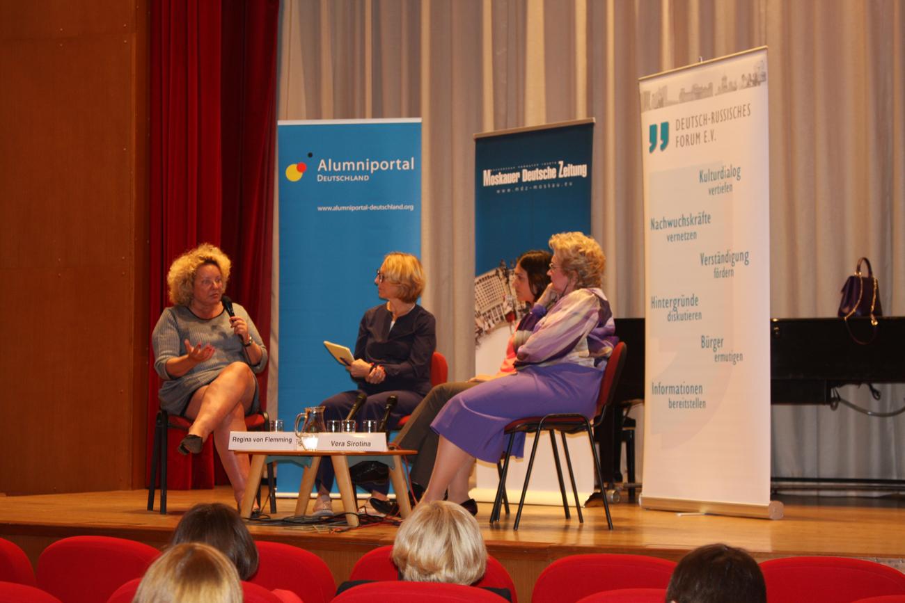 V.l.n.r.: Regina von Flemming, Vorstand des Telekommunikationsriesen MTS in Russland, Moderatorin Katrin Eigendorf sowie Evgeniya Sayko, Vorstandsmitglied des Deutsch-Russischen Forums, und Vera Sirotina, CEO von Cedima Russia.