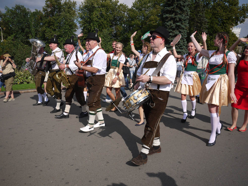 """Eines der Highlights des Festivals """"Das Fest"""" war der Festzug über den Platz, an dem bayerische Musiker, ein Ritter, Jongleure und Männer auf Stelzen teilnahmen."""