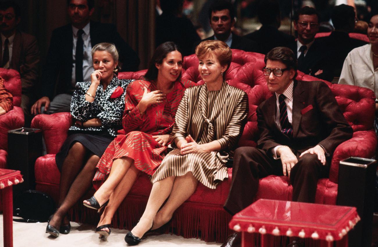 Raissa Gorbatschowa (Mitte) und der Pariser Couturier Yves Saint-Laurent während einer Modenschau im Januar 1985