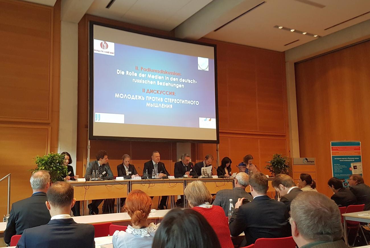 """Podiumsdiskussion auf der Konferenz """"Jugend im Dialog""""."""