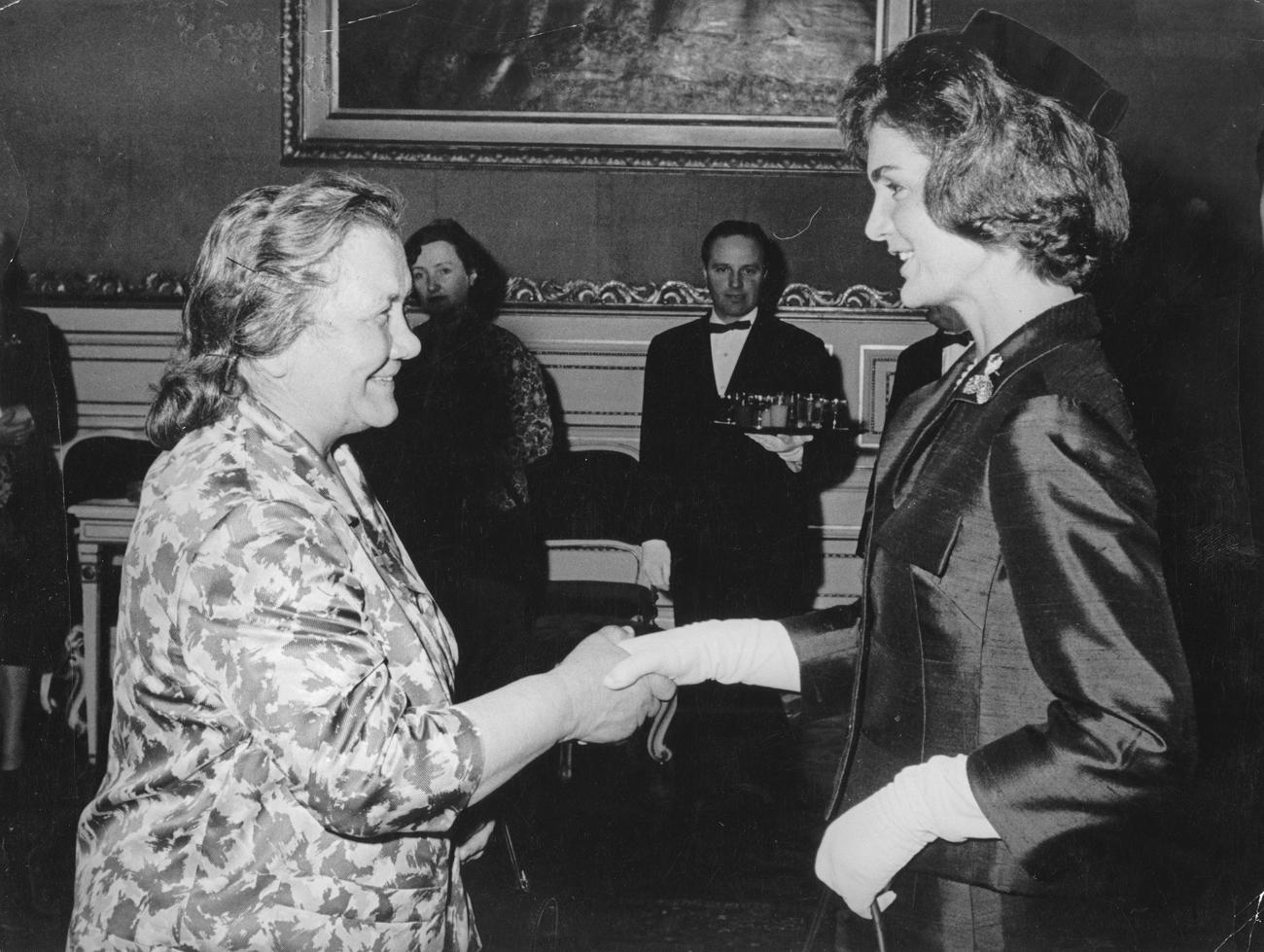 Nina Chruschtschowa (links) und Jacqueline Kennedy auf dem Gipfeltreffen zwischen US-Präsident John F. Kennedy und dem sowjetischen Staatsoberhaupt Nikita Chruschtschow in Wien 1961. Foto: Ullsteinbild/Vostock-Photo