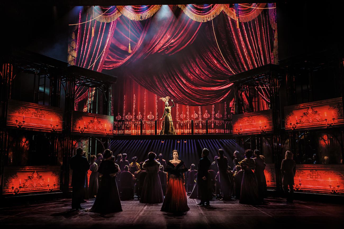 Anna Karenina im Theater: Eine nicht willkommene Person.\n