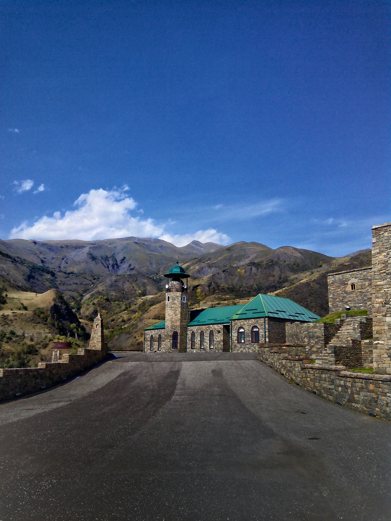 """Das Dorf Itum-Kali, aufgenommen von einem Mitglied des Projektes """"Unbekannter Kaukasus""""."""