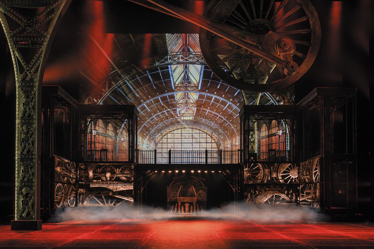 Die erste Szene des Musicals: Ein Rad und ein Zug prägen das Bühnenbild.\n