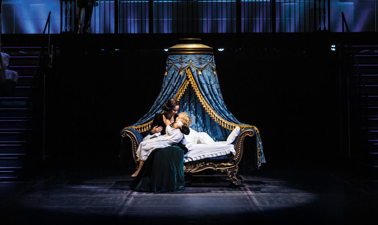 Anna Karenina singt ein Wiegenslied für ihren Sohn. Pressebild