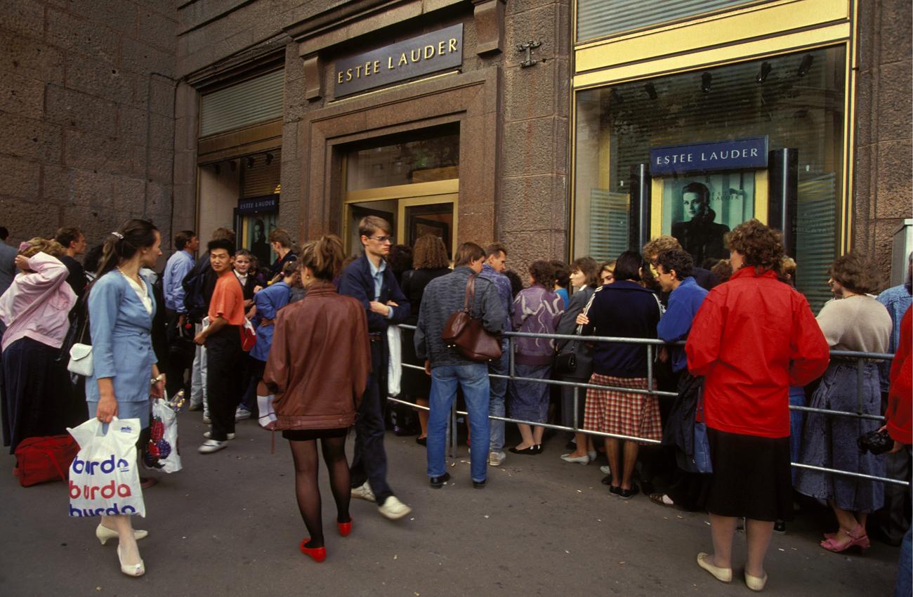 Gente in coda davanti a un negozio. Fonte: Getty Images