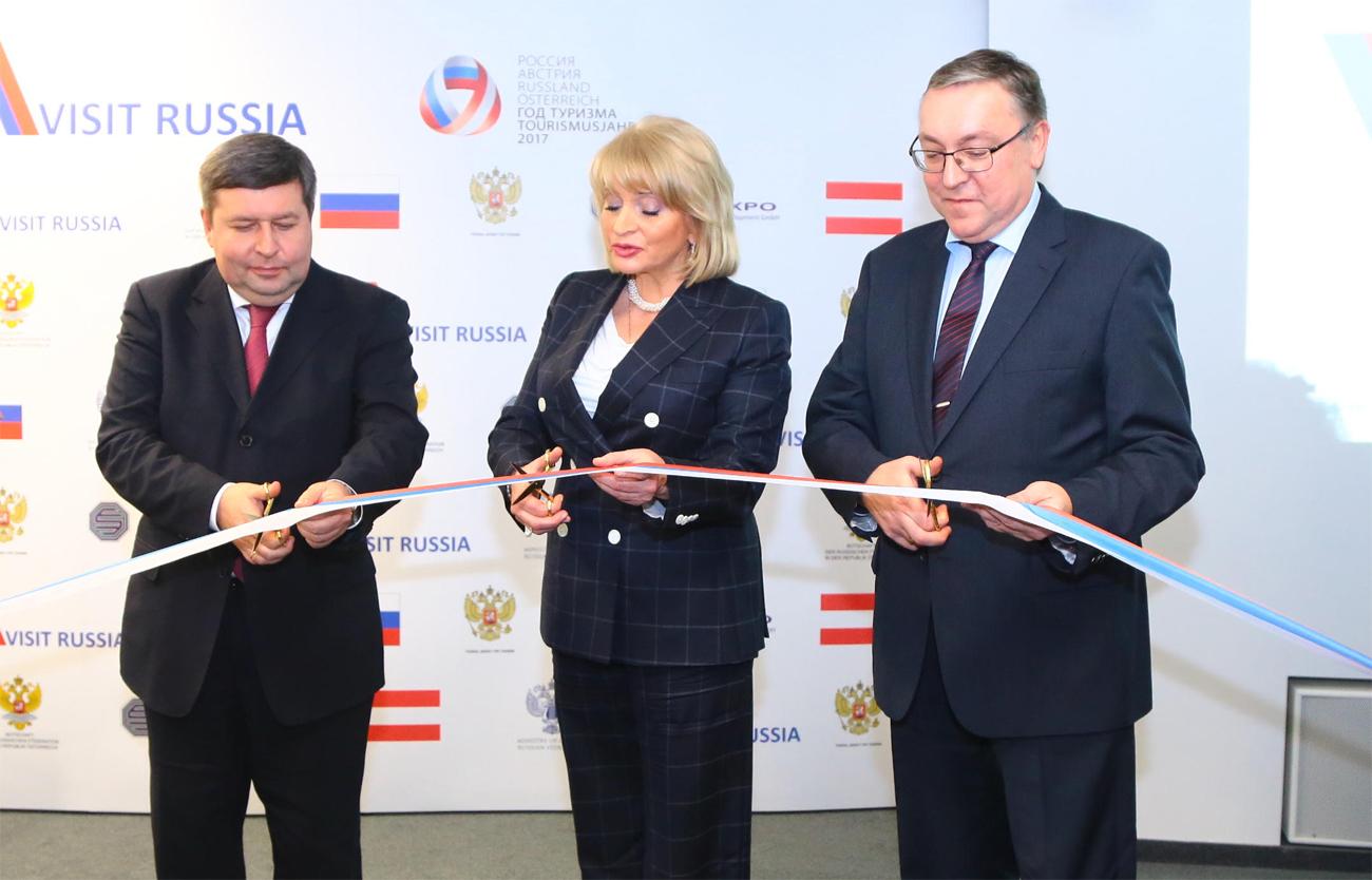 Der Generaldirektor von Euroexpo Kirill Anisimow, die Vize-Kulturministerin der Russischen Föderation Alla Manilowa und der Botschafter der Russischen Föderation in Österreich Dmitrij Ljubinskij auf der Eröffnung von Visit Russia in Wien.