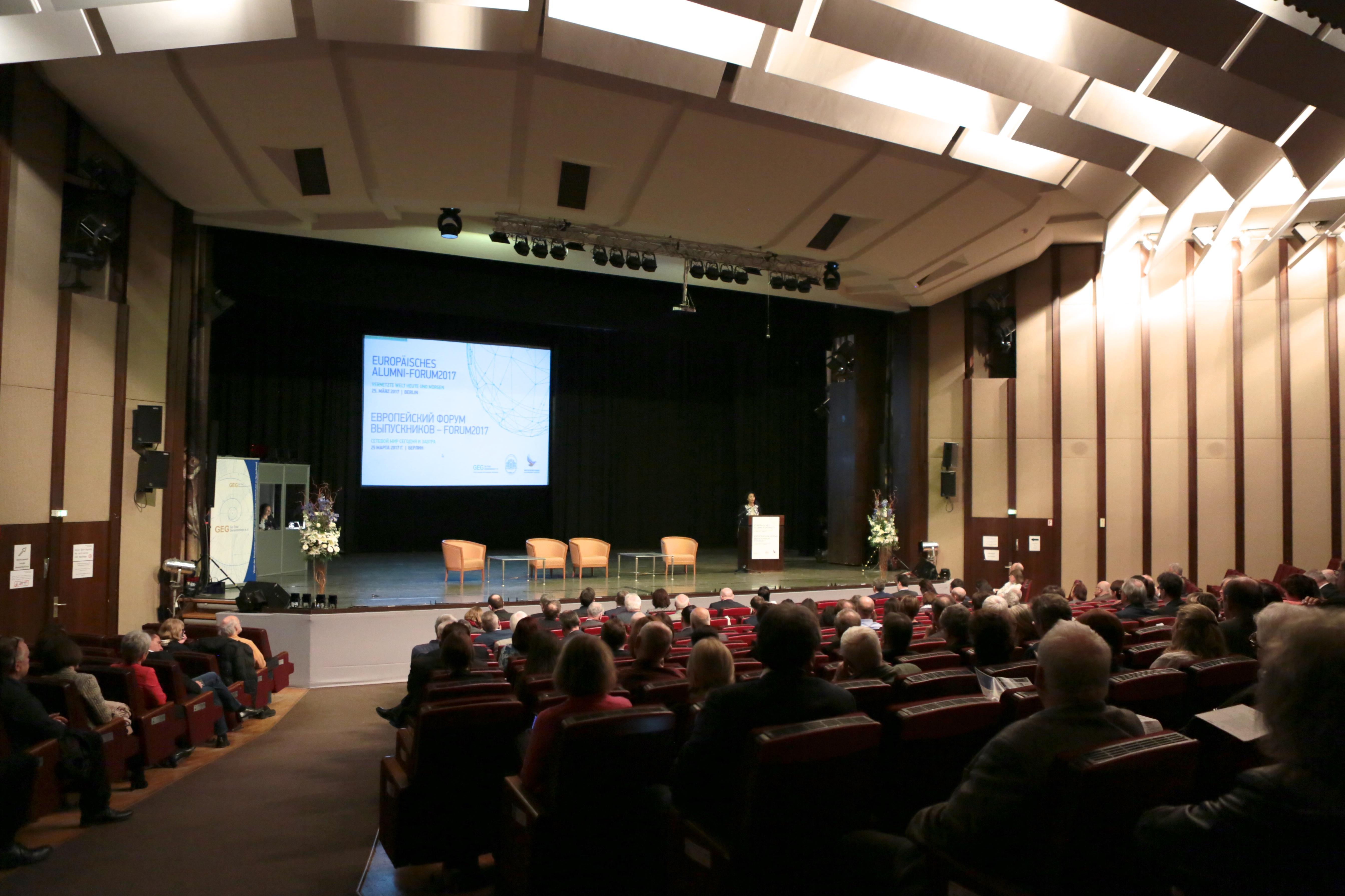Das Europäische Alumni-Forum wurde mit Grußworten des Veranstalters und der Partner eröffnet.