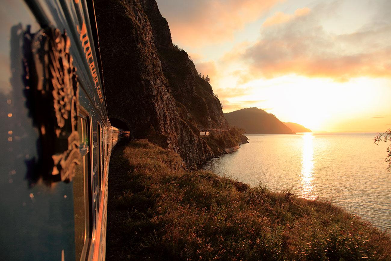 Il lago Bajkal visto dal vagone di un treno lungo la Transiberiana. Fonte: Getty Images