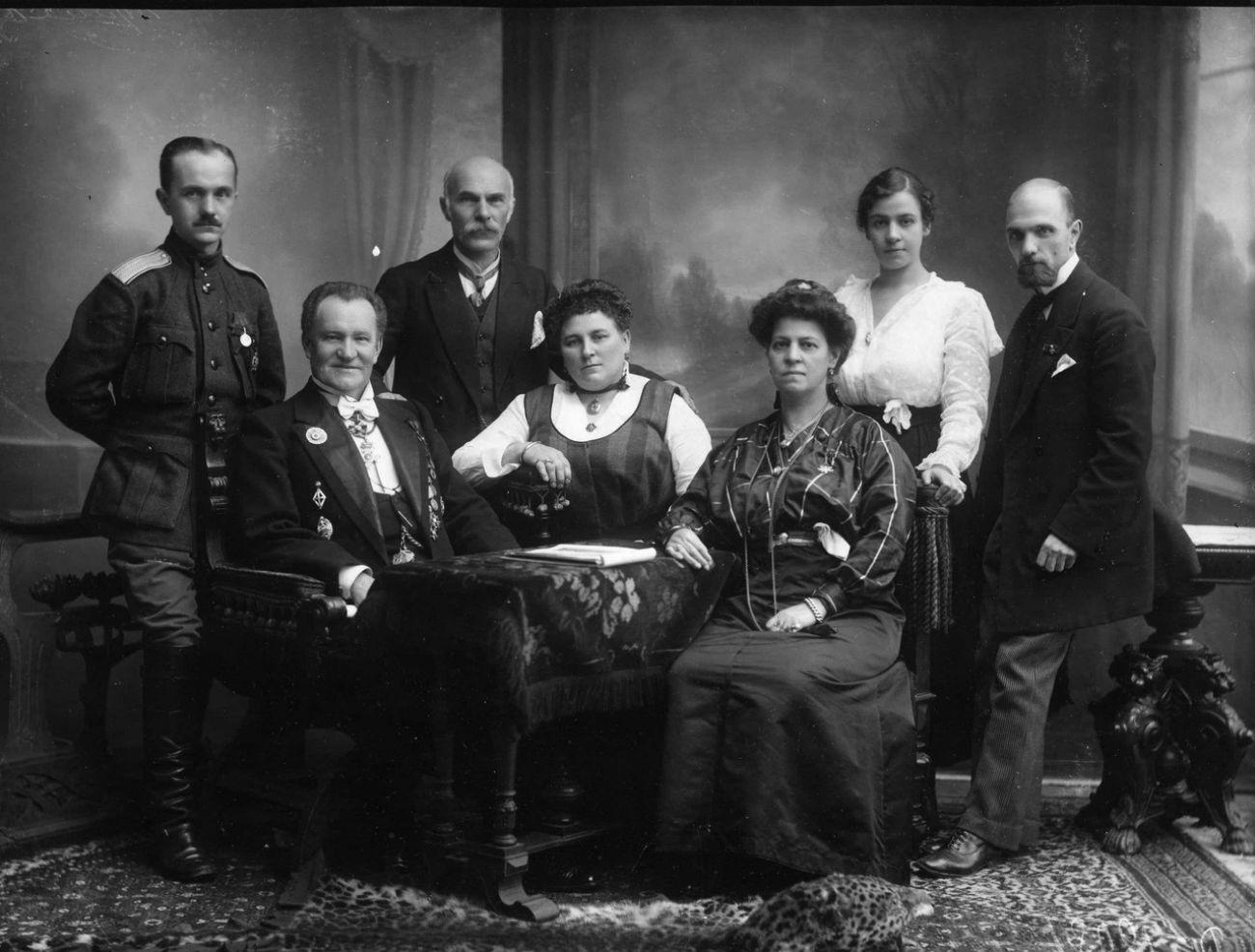 Karl Bulla (rechts) 1916 mit seiner Familie.