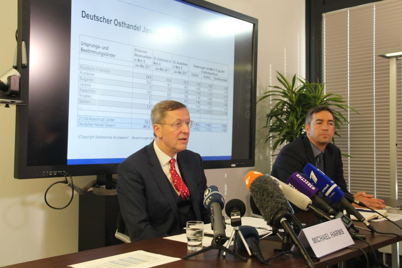 Ost-Ausschuss-Geschäftsführer Michael Harms (l.) und Pressesprecher Andreas Metz