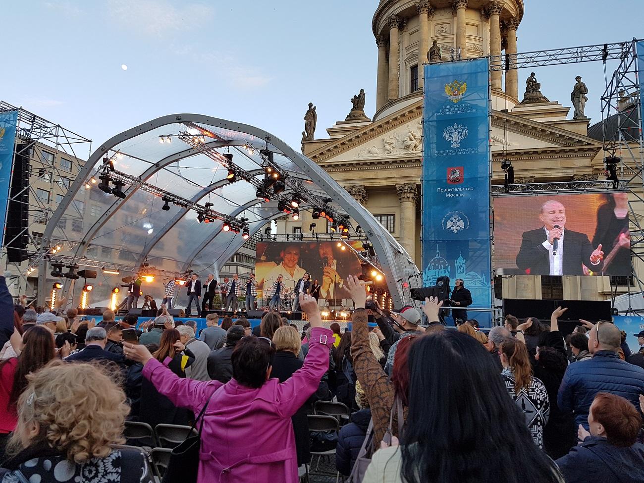 Der populäre russische Turetsky-Chor trat am 7. Mai auf dem Gendarmenmarkt in Berlin vor der prächtigen Kulisse des Deutschen Doms auf.
