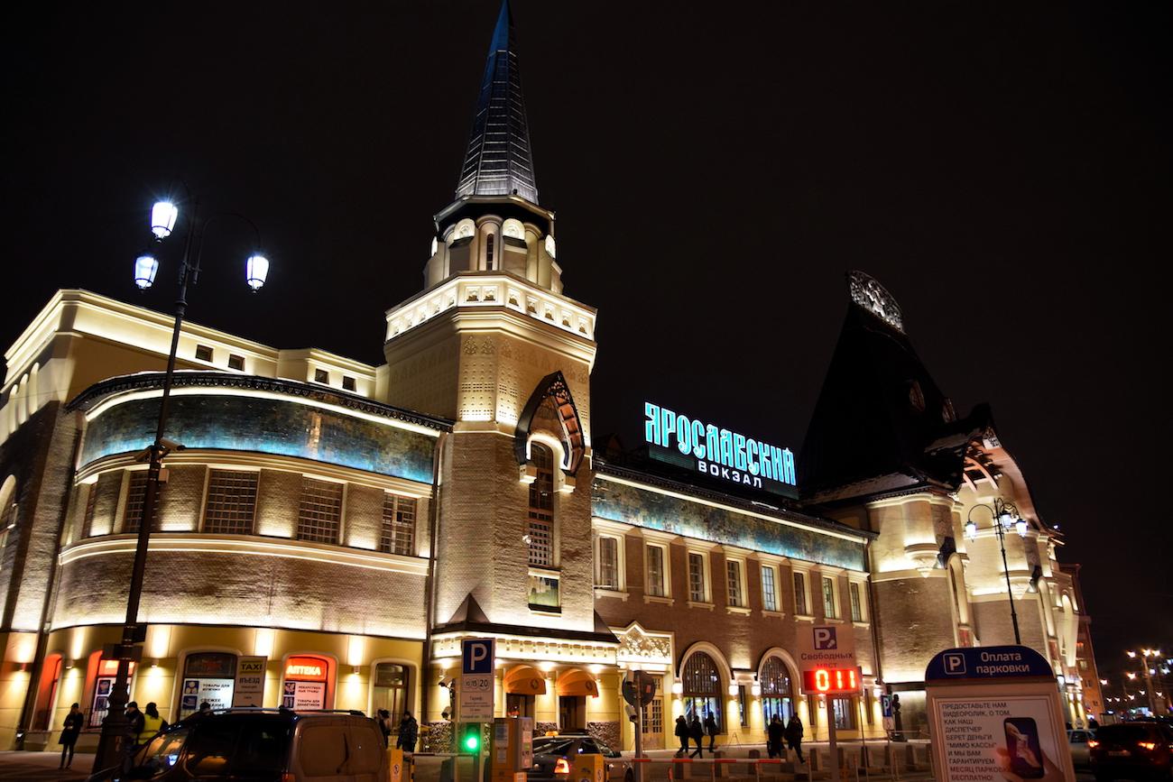 Jaroslawler Bahnhof in Moskau bei Nacht / Raita Futo/flickr