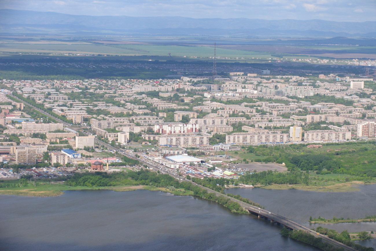 Magnitogorsk von oben: May baute hier in den 30ern die parallel stehenden Drei-Etagen-Blöcke mit Spitzdach. / Pesotsky/WIkipedia