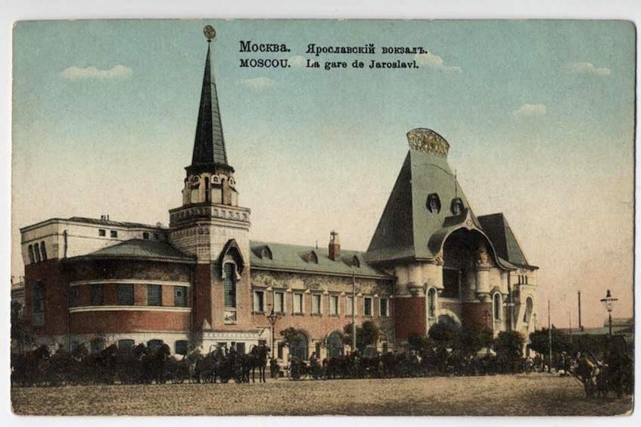 Ein Postkartengruß vom Jaroslawler Bahnhof kurz nach dem Umbau des Eingangsbereiches. / Wikipedia