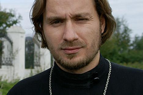 """A Dimitri Sverdlov le han prohibido ofrecer servicios religiosos durante cinco años. Previamente quiso pedir disculpas al grupo Pussy Riot por el """"odio radical"""" que han mostrado hacia ellas algunas """"secciones de la comunidad ortodoxa"""". Fuente: Golos-"""