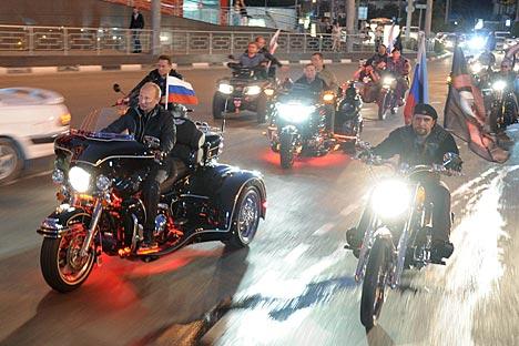 O presidente russo Vladímir Pútin se uniu ao Lobos da Noite em uma manobra publicitária acolhida com entusiasmo pelo clube Foto: AP