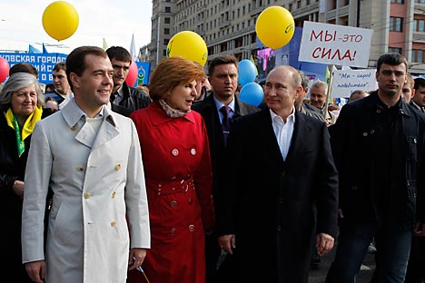 President Dmitry Medvedev and Prime Minister Vladimir Putin celebrating the Labor Day together with ordinary Russians in central Moscow. Source: ITAR-TASS