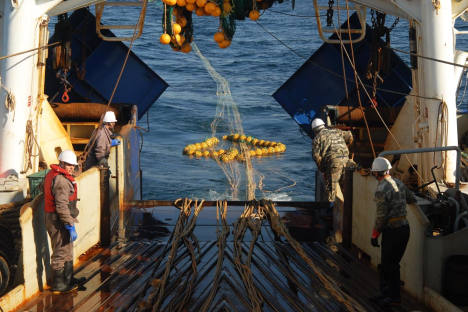 One of the most intense moments in the modern commercial fishing is that when the cod end (the end part of the trawl) appears on the sea surface pulled up by ropes. Source: Andrei Shapran