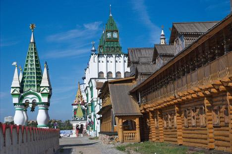 the Izmailovo vernisage souvenir market. Source: Lori / Legion Media