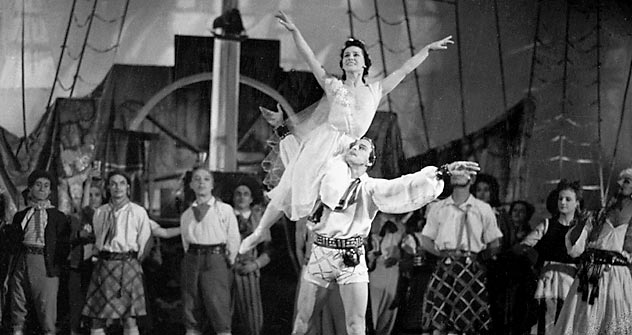 "Ballet dancer Olga Lepeshinskaya (h) and actor Vladimir Preobrazhensky performing in the ""Scarlet Sails"" ballet the Bolshoi Theater in on Dec. 5, 1943. Source: RIA Novosti / Anatoly Garanin"