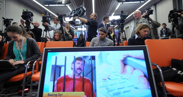 Moscow : Journalists sit near a screen displaying convicted Russian arms smuggler Viktor Bout in Moscow, on April 12, 2012, during a teleconference with Bout from his US prison. The unusual teleconference involved a video link between Moscow and a Ne