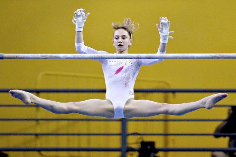 Vice-campeã olímpica Viktoria Komova está longe dos compeonatos por causa de uma distensão muscular nas costas Foto: Corbis/FotoSA