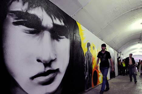 Viktor Tsoi's fans gather in the underpass in Ekaterinburg chosen by a group of local artists to commemorate the musician's birthday. Source: RIA Novosti