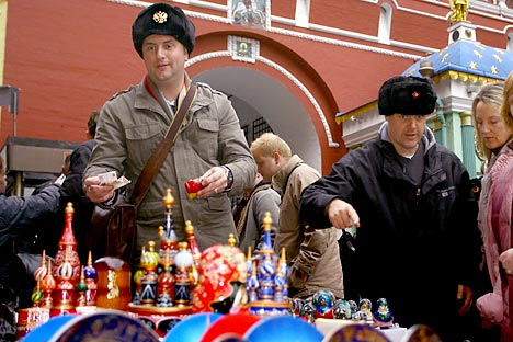 Tourists buying souvenirs in central Moscow. Source: ITAR-TASS