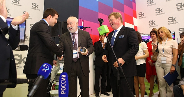 Skolkovo Foundation President Viktor Vekselberg (middle) awarding the 500th certificate and a crystal brick to Israel's Parasight company. Source: Press Photo.