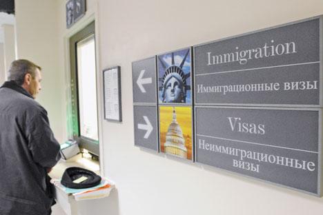 AS membekukan layanan visa nonimigran bagi warga Rusia.