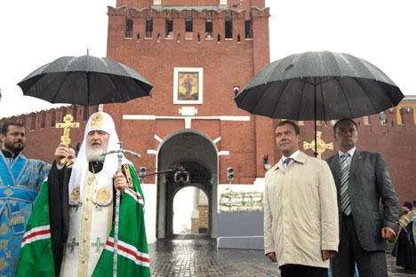 Patriarca Kirill (esq.), acompanhado do primeiro-ministro russo, Dmítri Medvedev, (dir.) Foto: ITAR-TASS