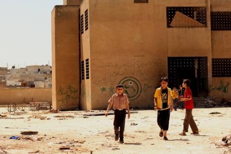 Crianças andam ao redor do parque infantil de sua antiga escola em Azaz, a 50 km ao norte da cidade síria de Aleppo Foto: Ponto Rogers, Al