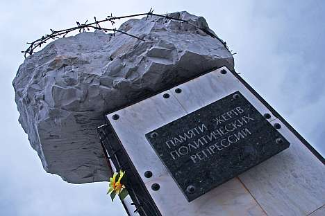 Every year on Oct. 31, Vorkuta residents meet at the monument to the victims of political repressions – an incomplete sketched mass full of rusty barbed-wire. Source: Alberto Caspani.