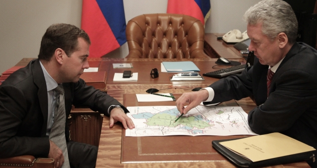 Russia's Prime Minister Dmitry Medvedev and Moscow Mayor Sergei Sobyanin discussing the possibility of the merge between Moscow and the Moscow Region. Source: ITAR-TASS