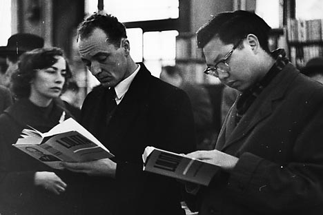 People reading Lolita of Vladimir Nabokov. Source: Getty_Images / Fotobank.