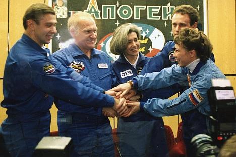 L'équipe franco-russe avant le vol à la Station spatiale internationale sur le vaisseau spatial Soyouz-TM 33 en 2001. Sur la photo (de gauche à droite) : Konstantin Kozeev, Victor Afanassiev, Claudie Eniere, Sergueï Zaletine et Nadezhda Kuzhelnaïa. C